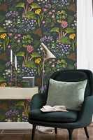 – «Rabarber» vil jeg ha på et arbeidsrom, for den gir så mye energi med alle de fargerike blomstene, sier Torkildsby.