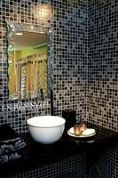 Stilig våtromstapet med mosaikkmønster. Kommer i sort, mintgrønn, lys blå, brun og beige.