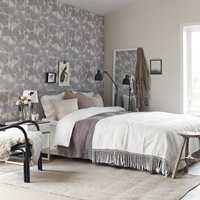 En vegg på soverommet kan også med fordel bli ny. Her er det tapetsert med Borges kolleksjon Borosan.