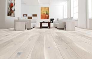 <b>FAMILIEVENNLIG: </b>Et børstet gulv har et mer rustikt utseende, der eventuelle riper som oppstår ikke blir like synlige. For familier og hundeeiere kan børstet overflate være et godt alternativ. (Foto: Arena)