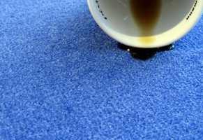 <b>BORTE VEKK:</b> Kaffeflekker på tepper kan være vanskelig å bli kvitt. Prøv med vann og hvitt papir. Alternativt finnes egne «kaffeflekkfjernere» hos din lokale teppehandler. (Foto: Robert Walmann/ifi.no)