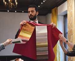Det er viktig å ta på tekstilene, sier Nicola Bortolozzi fra Rubelli.