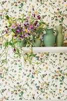 <b>BLOMSTERERTER:</b> De trykte blomstene virker livaktig ekte og nærmest snor seg utenpå tapetet. Designet Sweet Pea kommer i seks ulike fargepaletter.