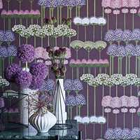 <b>ALLIUM:</b> Her står løkplanter på rekke og rad på lilla bakgrunn. Designet Allium fås også med mørk grå og hvit bakgrunn.