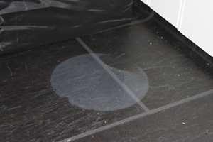 <b>BØTTEMERKE: </b>En våt vaskebøtte er blitt stående på gulvet en tid. Den lyse skjolden vil forsvinne når belegget tørker. (Foto: Gerflor)