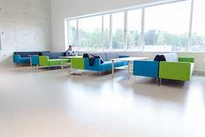 På lærernes pauserom er det møblementet som står for de oppfriskende fargeinnslagene. Også her finner vi behagelige gummigulv som også gir tilfredsstillende lydforhold.