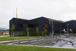Skolens fasade består i hovedsak av kobber og glass og passer godt inn i de landlige omgivelsene.