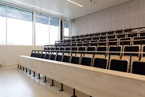I skolens første etasje finner vi to auditorier, som hver rommer et par skoleklasser.