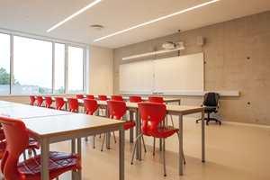Klasserommene er lyse og trivelige, og med fargeinnslag som gir dem karakter og identitet.