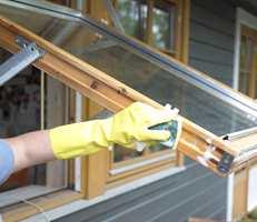 Vask med kraftvask. Bruk hansker og vask både vindu, fals og kant.