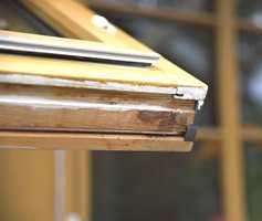 Sjekk vinduene. Har de stått lenge uten beskyttelse, hjelper ikke ny maling for å hindre råteskader. Her har fuktighet begynt å tære på treverket fordi det ikke er beskyttet.