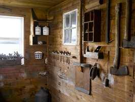 <b>MINNERIKE DETALJER:</b> Gammelt verktøy og annet utstyr fra stedet preger veggene. Her er det mye historie!