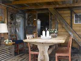 <b>STEMNINGSFULLT:</b> Rustikke overflater og møbler skaper hyggelige rammer for spiseplassen.