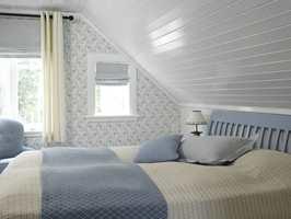 Hovedsoverommet er holdt i en rolig fargekombinasjon, i blått og hvitt. Takmalingen reflekterer lyset vakkert, og bidrar sterkt til at rommet oppleves større enn før. Tapetet tilfører nostalgi mens den blå sengegavlen danner en fin avgrensning mellom tak og vegg.