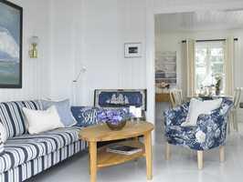 Det blanke gulvet skaper en nydelig effekt og reflekterer lyset vakkert. Tekstiler i forskjellige mønstre lever side om side, i beste velgående .