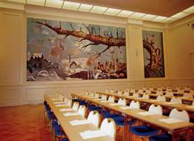 Britannia Hall er dekorert av Trondheims-kunstnerne Håkon Bleken og Håkon Gullvåg. Hovedbildet heter Trondhjem og er signert av begge.