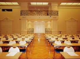 Britannia Hall, med plass til 270 personer i skoleoppsett. Søyler og brystning er malt med Beckers Mesterfinish i farge S1010 Y20R. Taket er malt i Beckers Scotte 03 - S0505 Y10R. Rekkverket er sort. Gulv: hellimt eikestavsparkett.