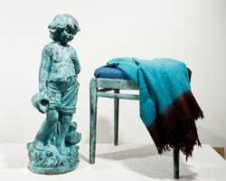 Maling med bronseeffekt gir en flott blåaktig farge til gjenstandene. Figurinen og krakken ser ut til å være laget av anløpt bronse.