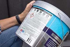 <b>LITEN SKRIFT: </b>Teksten på emballasjen kan stå med liten skrift. På leverandørens nettsider finnes alltid et teknisk datablad til produktet, som inneholder mer og mer lettlest informasjon. (Foto: Chera Westman/ifi.no)
