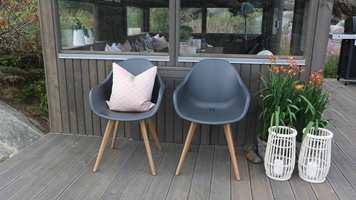 <b>FINVÆR:</b> Når det er vindstille, er veien ut på plattingen med et par stoler kort. Praktisk å satse på stoler som kan brukes ute og inne. Stoler fra Bohus.