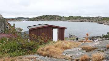 <b>FØR:</b> Mellom hytta og sjøen lå et lite anneks som ble revet. Det ga plass til den nye stuen.