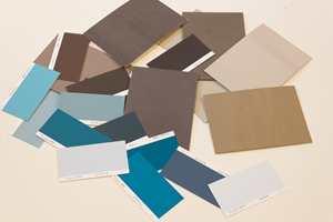 <b>KOMPLEMENTÆRFARGER:</b> Farger som ligger rett ovenfor hverandre på fargesirkelen er komplementærfarger. Disse bruntonene kommer fra gult. Komplementærfargen er blått. Alle nyansene av blått kan være godt følge til gulaktige bruntoner.