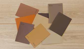 <b>NORDISK:</b> At farger påvirker hverandre er velkjent. Her ser vi hvordan lyst treverk gir de gylne bruntonene en klar føring mot en nordisk stil.
