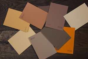 <b>EKSOTISK:</b> Når det lyse treverket erstattes med mørkt treslag får fargene en tydelig klang mot en mer eksotisk eller kontinental stil.