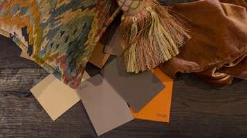 <b>NYANSELIKE 2:</b> Putestoffet glir fint inn i helheten, selv om mønsteret har både gult, blått, grønt og rødt i seg. Hemmeligheten er nyanselikheten. Lik sorthet gjør at fargene virker dempet og klinger godt sammen.