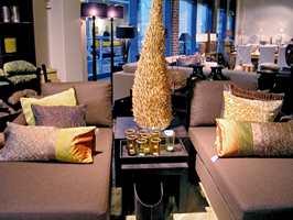 Brun er en av høstens viktige farger innenfor møbeltekstil, som på denne sofaen fra Slettvoll. Etter hvert vil sort, grått og hvitt ta over.