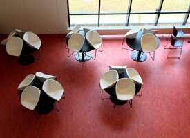 <b>STRAMT:</b> Kantinen har rødt gulv, hvite stoler med sorte stålben, sorte stoler og ditto bord. En stram palett – både i form og farger.