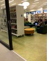 <b>DEMPET INSPIRASJON:</b> I bibliotekets bokavdeling er det rolig aktivitet, og her er det lagt et surgrønt gulv, i designen Vivace. Korridoren utenfor har gråmelert belegg, som i andre generelle arealer.