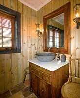 Fra badet - med en lys brun interiørbeis på vegg hvor møbel og speil i en mørkere brun gir helhet.