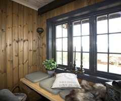 Detalj fra stuen med kombinasjonen interiørbeis og maling.
