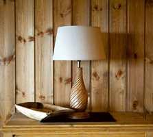 Gjennomført med veggfarge, lampe og møbel.