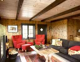 Helhet i interiøret - lys panelakk i taket og bjelker i mørk interiørbeis