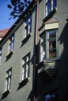 Noen av leilighetene har små karnappvinduer som gir økt lysmengde, samtidig som det gir beboerne god anledning til å følge med i livet utenfor.