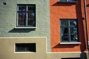 Enkelte steder er det bare farge og sokkelhøyde som skiller byggene fra hverandre. Fargene på komplekset har alltid vært relativt kraftige.