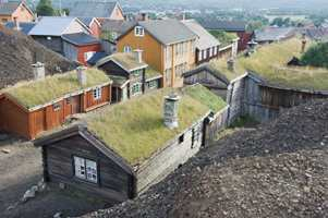 Den fargerike og sjarmerende lille trehusbyen ble grunnlagt i 1646 og er godt bevart og tatt vare på. Foto: Terje Rakke/InnovationNorway