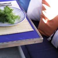 Det gamle bordet er pusset opp med blå laminat på bordplaten. Rundt kanten er det festet en spesiallaget vinkellist i stål.