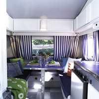 Hovedfargene er hvitt og blått, tidløst og sommerlig. Med innslag av stål og friske farger virker interiøret moderne.