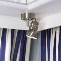 De triste brune plastlampene er byttet ut med moderne lamper i børstet stål.