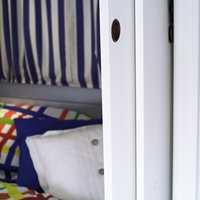 Nytt sengetøy i glade farger. Sovekroken kan stenges av med skyvedører, praktisk når noen vil sove og andre se på tv.