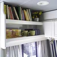 Over vinduet i sovekroken en praktisk hylle med slingrekant. Også den nymalt i samme farge som veggen.