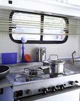 Benkeplaten har fått samme behandling som bordplaten. På kjøleskapdøren er det brukt laminat som ligner stål. Bryterpanelet er også malt.