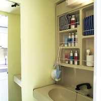 Baderommet på en kvadrat har både dusj og vask.