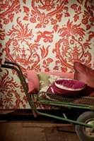 Candalú er en design Rubelli har hatt siden 1930. I år er likevel første gang designen er brukt i tekstilproduksjonen. Her er den nærmeste puten i stoffet Bloody Mary.