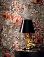 <b>TREND:</b> Rustikk eller romantisk, disse rosene kan helle begge veier. Trendy kombinasjon med brunt og gyllent. Tapetet fra Casamance føres av Green Apple.