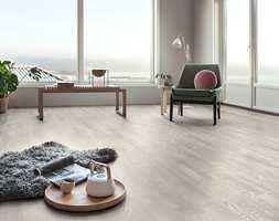 <b>MINIMALISTISK: </b>Nordisk lys og vakker minimalisme er viktige elementer innen stilen «Celebrating Seasons». Gulvet heter Heritage Eik Chalk White.