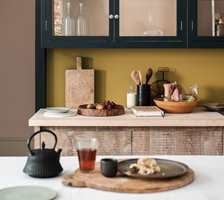 <b>SMÅ MIDLER:</b> Det er lite som skal til for å fornye kjøkkenet. Området mellom benken og overskapene kan gjøres mye med. (Foto: Nordsjö)